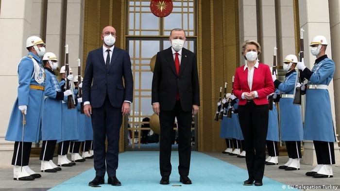 الرئيس التركي أردوغان يتوسط رئيسة المفوضية الأوروبية أورزولا فون دير لاين ورئيس المجلس الأوروبي شارل ميشار (أنقرة: 6/4/2021)