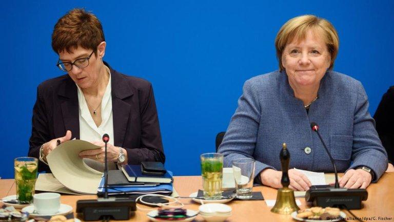 Annegret Kramp-Karrenbauer and German Chancellor Angela Merkel   Photo: Picture-alliance/dpa/G.Fischer