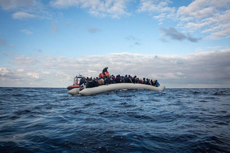 """طاقم """"أوشن فايكنغ"""" خلال عملية إنقاذ 98 مهاجرا مساء الثلاثاء 18 شباط/فبراير 2020. الصورة عن حساب """"أطباء بلا حدود"""" على تويتر"""