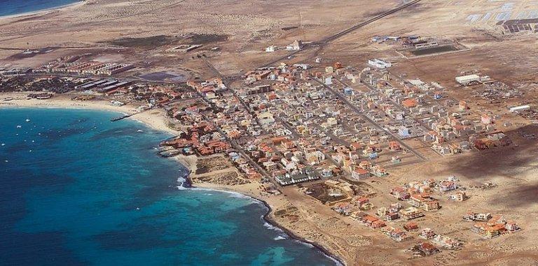 ساحل جزيرة سال، في كوبو فيردي. المصدر: ويكي كومونز