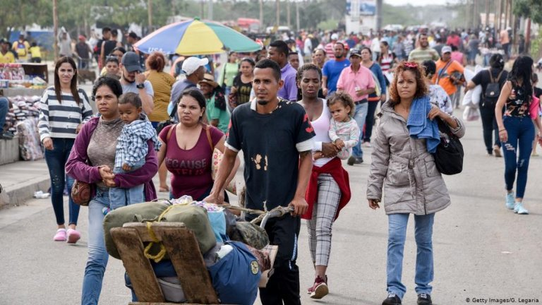 Venezuelan refugees and Colombian returnees near the Colombian-Venezuelan border | Photo: Getty Images/G.Legaria