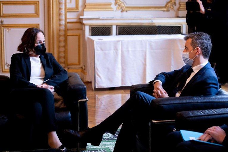 وزير الداخلية الفرنسي جيرالد دارمانان ونظيرته الإيطالية لوتشيانا لامورغيزي خلال اجتماع في باريس. المصدر: تويتر.