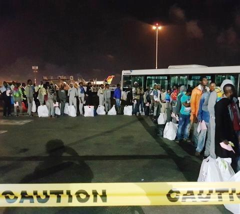 غانيون في مطار كوتوكا الدولي في أكرا بعد وصولهم من ليبيا. المصدر: منظمة الهجرة الدولية.