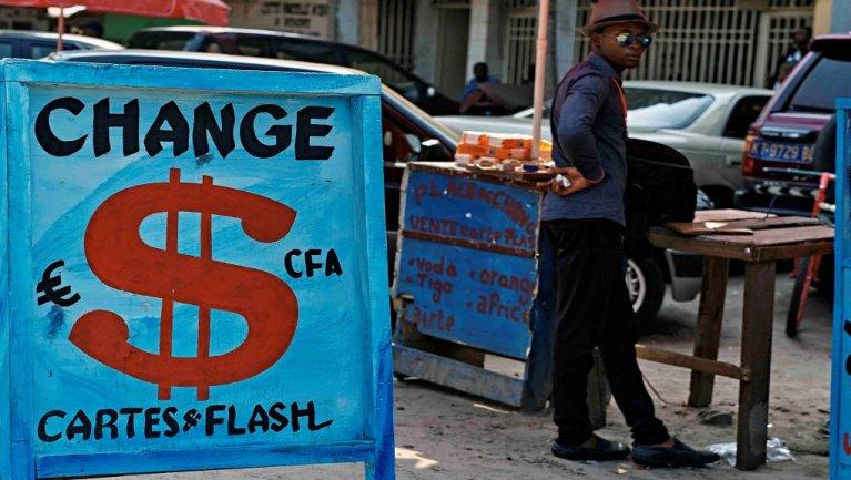 مكتب للصرف في الكونغو/ رويترز