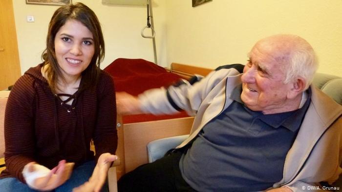 DW/A. Grunau |سارة بالمصطفاوي في دار المسنين في زيلشايد