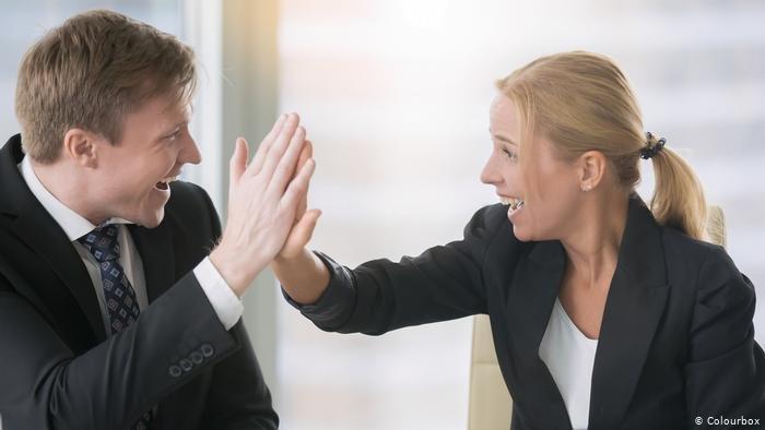 صورة تعبيرية لمصافحة امرأة ورجل في العمل