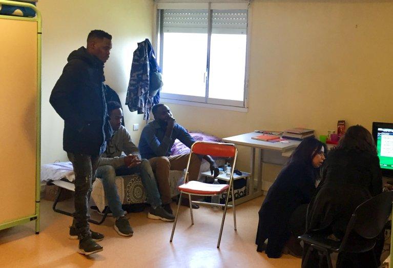 Ces pensionnaires soudanais du centre de la Rochefoucault à Paris partagent la même chambre. Crédits : InfoMigrants.