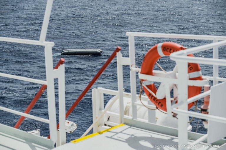 L'Ocean Viking a repéré jeudi 22 avril une dizaine de corps près d'un bateau pneumatique retourné, au large de la Libye. Aucun survivant n'a été retrouvé. Crédit : Flavio Gasperini / SOS Méditerranée