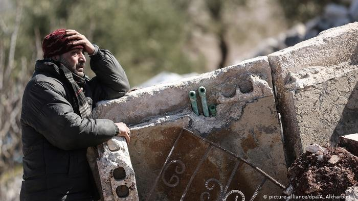 picture-alliance/dpa/A. Alkharboutli |لم تترك الغارات الجوية للمدنيين سوى الفرار بجلودهم