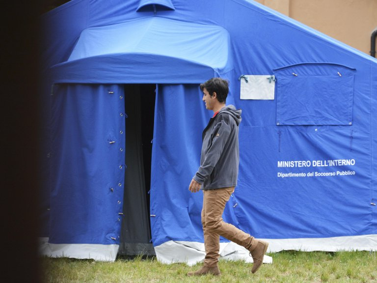 A migrant in the tent camp set up on the outskirts of Trieste for the mandatory quarantine of new arrivals, due to coronavirus | Photo: ANSA/MAURO ZOCCHI