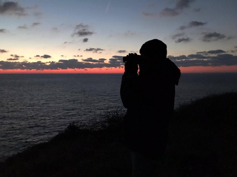 """En Angleterre, les bénévoles de """"Channel Rescue"""" scrutent le large depuis les côtes du Kent à la recherche de canots de migrants en détresse. Crédit : Channel Rescue"""