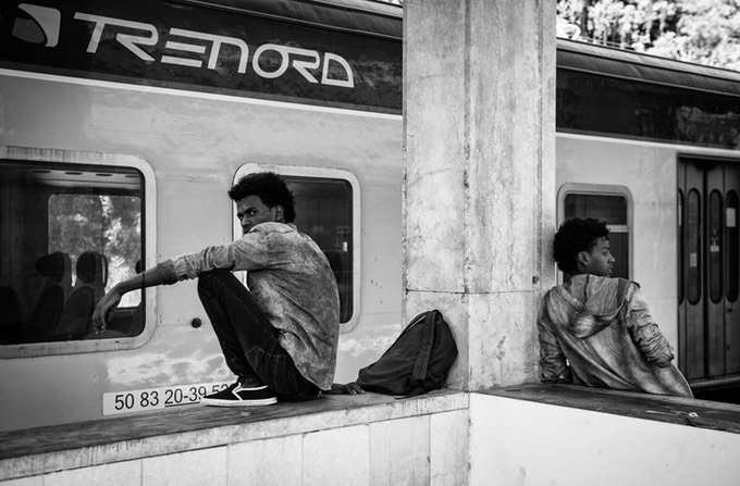 Migrants at Como train station | Credit: Confine project