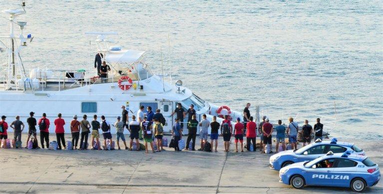 عمليات نقل المهاجرين بواسطة زوارق الدورية إلى سفينة العزل الموجودة في المنطقة المجاورة مباشرة لجزيرة لامبيدوزا. المصدر: إليو ديسيديريو/ أنسا.