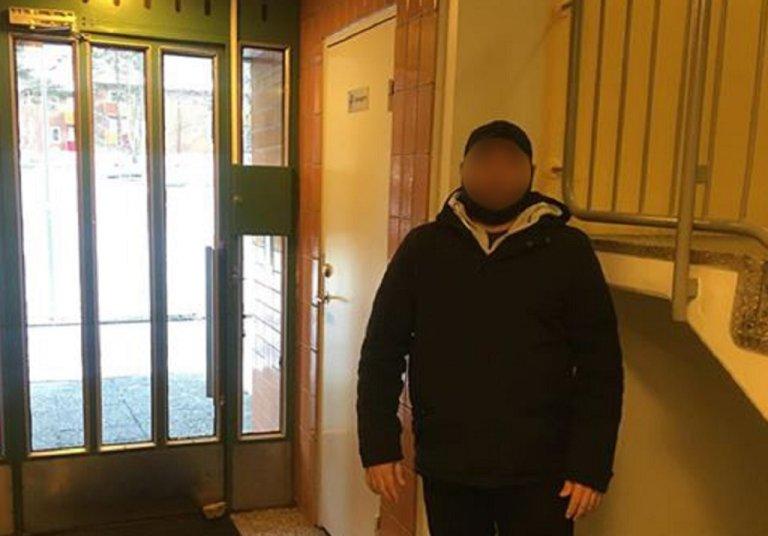 صورة أرسلها لنا فارس له في مدخل أحد المباني التي يبيت فيها