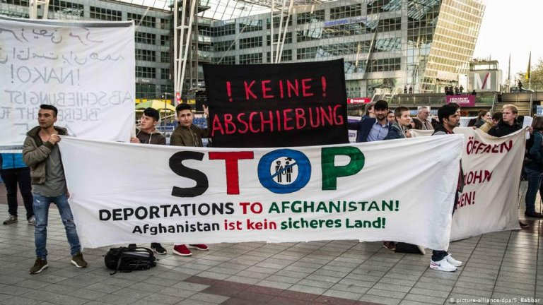 Protesters hold up anti-deportation signs at Munich's international airport on April 7, 2021 | Photo: Picture-alliance/dpa/S.Babbar