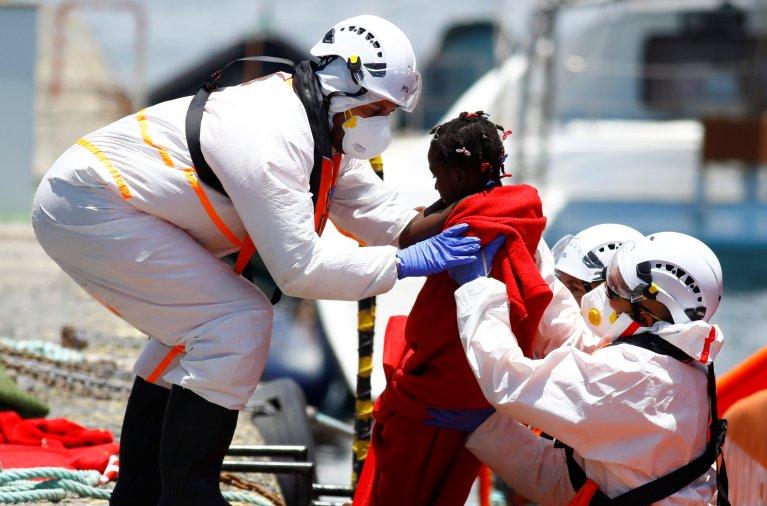 Une fillette a été secourue par les garde-côtes espagnols, le 20 juin 2021, au large des îles Canaries. Crédit : Reuters