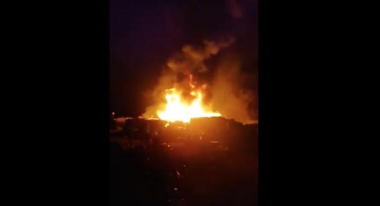 Un incendie a ravagé une partie du camp de migrants de Nijar, dans le sud de l'Espagne, samedi 13 février. Capture d'écran de la BBC
