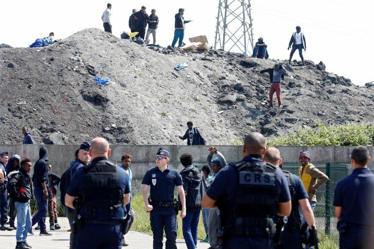 À Calais, la police bloque l'accès à la distribution de nourriture pour les migrants. Crédit : Reuters