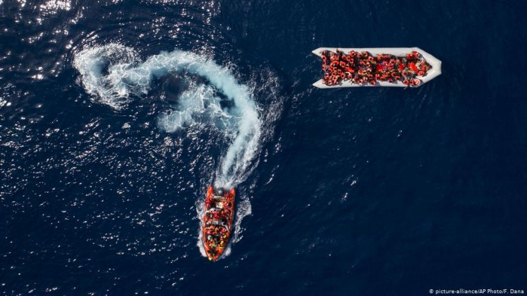 Rubber boats seen from above | Photo: Picture-alliance/AP Photo/F.Dana