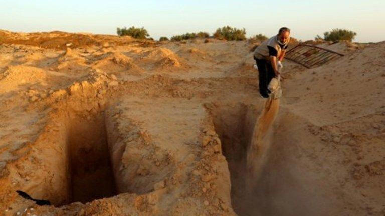 شمس الدين مرزوق، متطوع يحفر مقبرة لدفن المهاجرين الموتى، جرجيس، تونس 12-07-2017 (فرانس24)