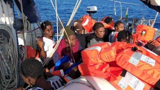 """مهاجرون على متن سفينة Alex التابعة لمنظمة """"مديترينيا"""" الإيطالية. المصدر: منظمة """"مديترينيا"""" الإيطالية"""
