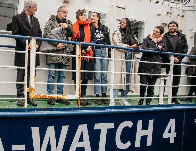 کشتی سی واچ ۴ با همکاری مالی سازمان United 4 Rescue، یک سازمان شهروندی تحت حمایت کلیسای پروتستانت آلمان خریداری و آماده فعالیت شده است.