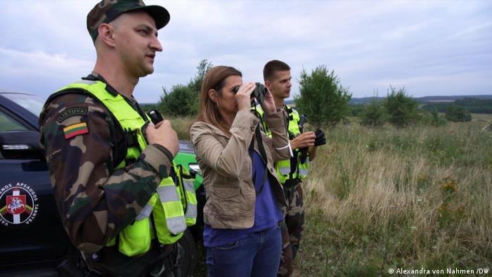 Alexandra von Nahmen /DW  موفدة DW ألكسندرا فون نامين ترافق دورية لحرس الحدود الليتواني حيث تم تشديد الرقابة بعد ازدياد عبور المهاجرين من بيلاروسيا