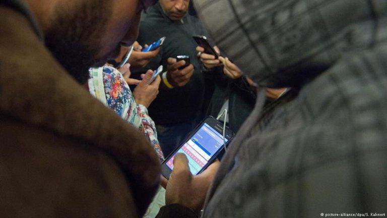 Le smartphone est essentiel pour de nombreux migrants pour rester en contact avec leurs proches | Photo : Picture-alliance/dpa/S.Kahnert