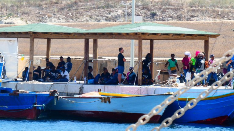 Migrants waiting in Lampedusa harbor to be brought in the island hotspot | Photo: ARCHIVE/ANSA/Elio Desiderio