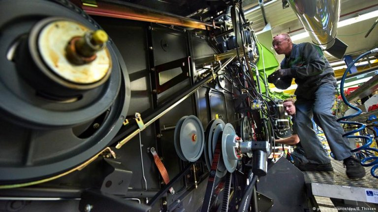 A worker in a factory in Harsewinkel, Germany | Photo: picture-alliance/dpa/B. Thissen