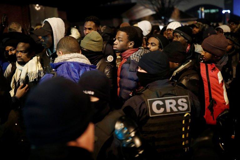 السلطات الفرنسية تخلي مخيماً عشوائياً شمال باريس لنقل المهاجرين الى مراكز إيواء - رويترز/بونوا تيسييه