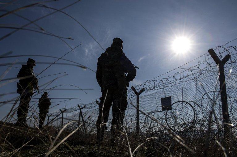 صورة من الأرشيف، دورية جنود من شمال مقدونيا، بجوار سور الأسلاك الشائكة على الحدود المقدونية مع اليونان بالقرب من جيفجيليا المصدر: جورج ليكوفيسكي