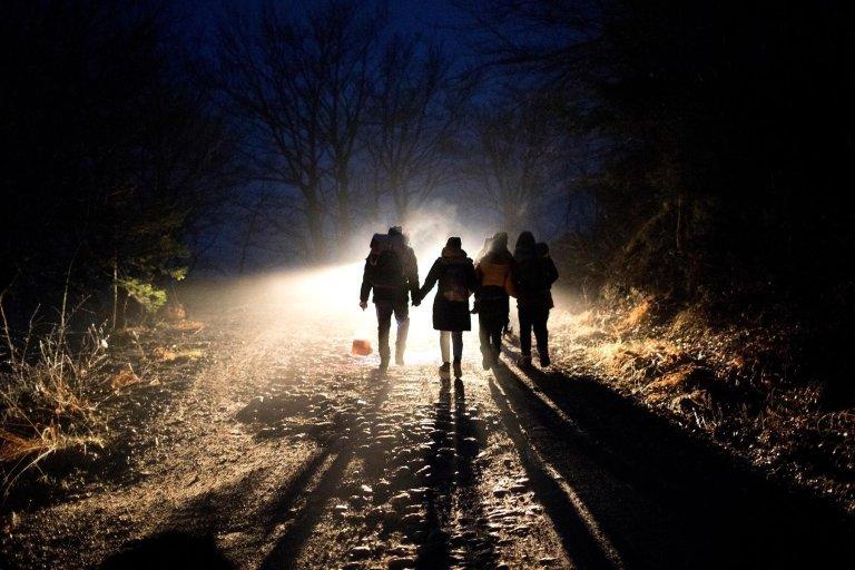 Migrants marchant vers la frontière croate, en Bosnie (Photo d'illustration). Crédit : AP