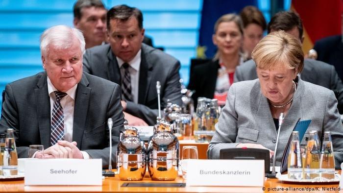 picture-alliance/dpa/K. Nietfeld |ميركل وزيهوفر خلال اللقاء مع ممثلي منظمات اللاجئين.