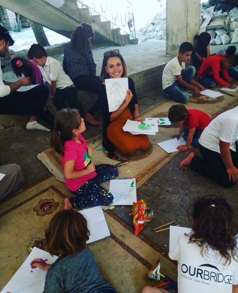 إحدى النشاطات التي قامت بها سلوى مع الاطفال اليتامى في العراق