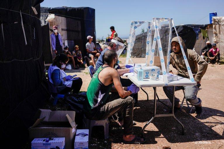 À Nijar, dans la province d'Almeria, des migrants reçoivent de la nourriture et des soins médicaux par l'ONG Medicos del Mundo. Crédit : Reuters