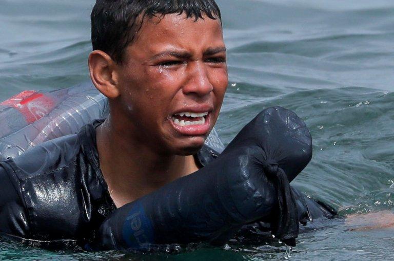 Un jeune Marocain en pleurs, équipé de bouteilles en plastique en guise de flotteurs, débarque à Ceuta. Crédit : Reuters