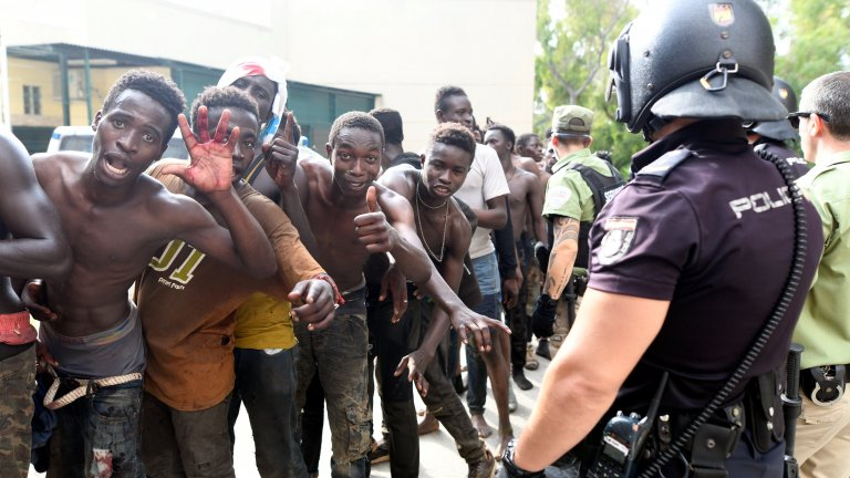 Des migrants se réjouissent d'avoir pu entrer dans l'enclave espagnole de Ceuta, le 22 août 2018. Crédit : REUTERS/Fabian Bimmer