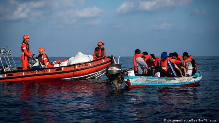 picture-alliance/Sea Eye/N. Jaussi |المهاجرون يأتون إلى إيطاليا عبر قواربهم الخاصة أو من خلال مهربي البشر، وعندما يتعرضون لمخاطر الغرق تتدخل منظمات إغاثة لإنقاذهم