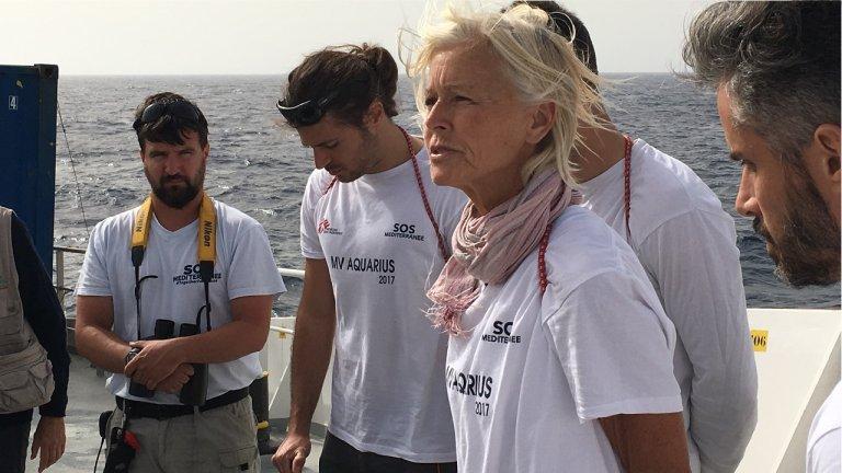 """الممرضة ماري جو فراولي مع أحد طواقم منظمة """"أطباء بلا حدود"""" / أرشيف مهاجر نيوز"""