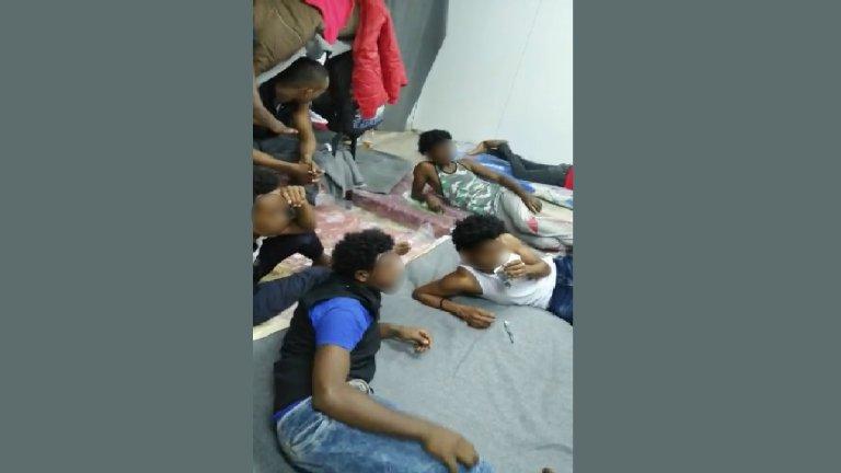 Photo, transmise à InfoMigrants, de l'intérieur du hangar du GDF où vivent environ 400 migrants depuis quelques jours. Crédit : DR