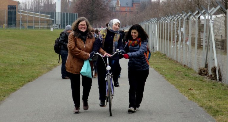 Enthusiastic participants help a new cyclist | Photo credit: #BIKEYGEES e.V.