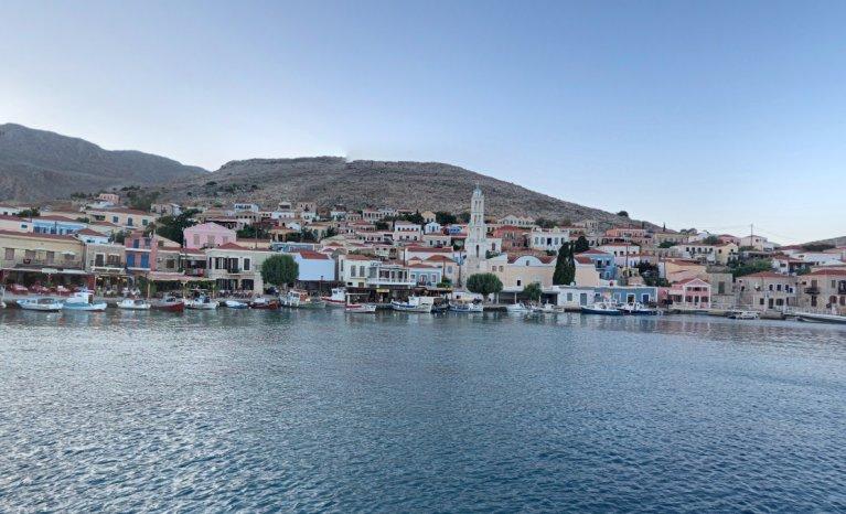 Le naufrage a eu lieu à proximité du littoral de cette île, Halki, tout proche de la Turquie. Crédit : Google street view