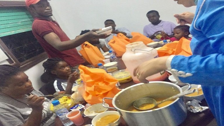"""Le repas de l'iftar partagé dans les locaux de l'association """"Les mains solidaires"""", au Maroc. Crédit : Les Mains solidaires"""