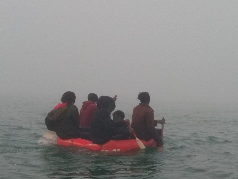 Cinq migrants, qui tentaient de traverser la Manche à bord d'un bateau pneumatique ont été secourus le lundi 7 juin. Capture d'écran du compte Twitter de la préfecture de la Manche et de la mer du Nord.