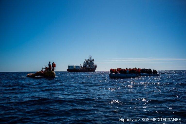 پناهجویان در بحیره مدیترانه که در تلاش رسیدن به اروپا اند / عکس از: SOS MEDITERRANEE
