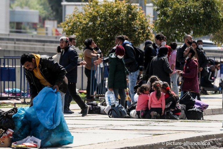 مهاجران در ترمینالی در شهر ایزمیر ترکیه
