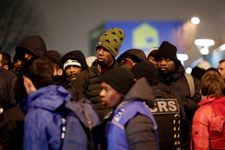 Près de 300 migrants ont été évacués du campement à Saint-Denis mais une trentaine est restée à la rue. Crédit : Reuters