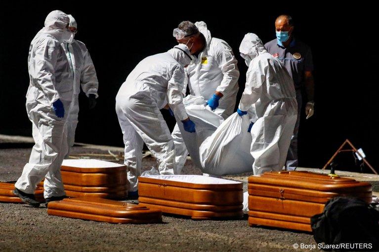 چهار جسد در یک قایق پناهجویان در برابر سواحل قناری ال هیرو کشف گردیده است (۱۱ اپریل ۲۰۲۱) عکس از:  REUTERS/Borja Suarez