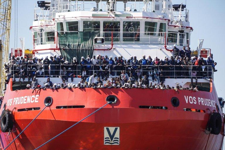 قارب مكتظ بالمهاجرين لحظة وصوله إلى ميناء نابولي في إيطاليا. أرشيف